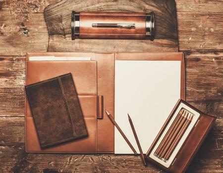 Luxe schrijven van instrumenten op een houten tafel