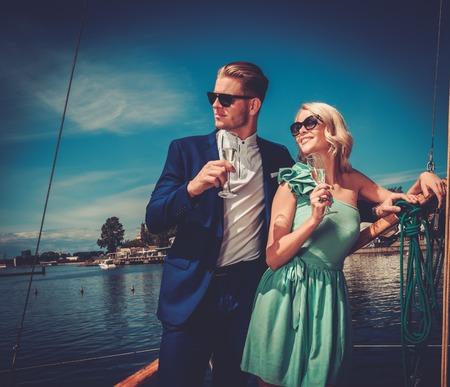 Stijlvolle rijke paar op een luxe jacht