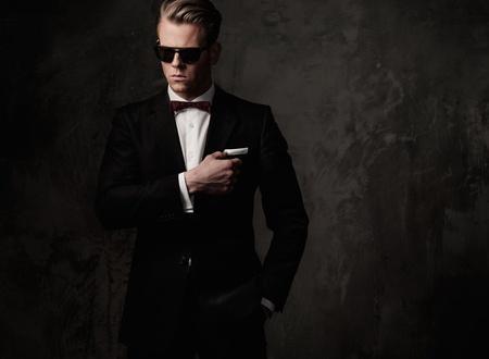 黒い服を着て厳しいシャープドレスマン