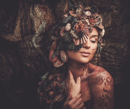 마술 숲에있는 요정 여자