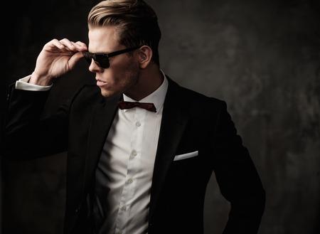 Tough ostre ubrany mężczyzna w czarnym garniturze