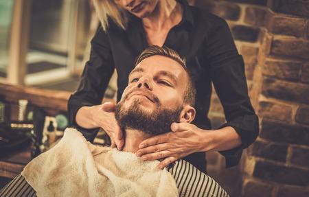 流行に敏感なクライアント訪問理髪店 写真素材