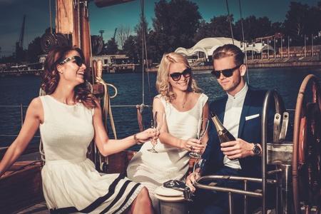 Stijlvolle rijke vrienden plezier op een luxe jacht