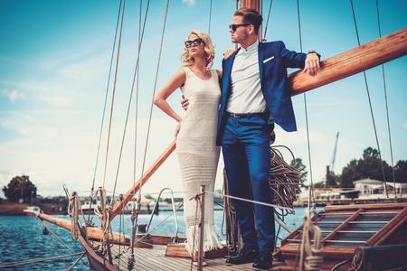 豪華ヨットでスタイリッシュな裕福なカップル