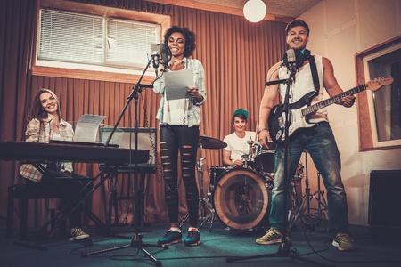 Banda de música multirracial realizar en un estudio de grabación Foto de archivo - 43282131