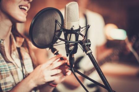 Vrouw zanger in een opnamestudio Stockfoto