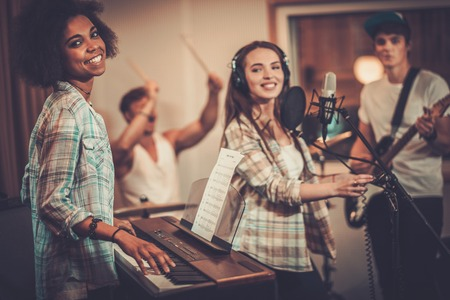 녹음 스튜디오에서 수행 다인종 음악 밴드