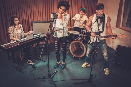 Multiraciale muziekband presteren in een opnamestudio