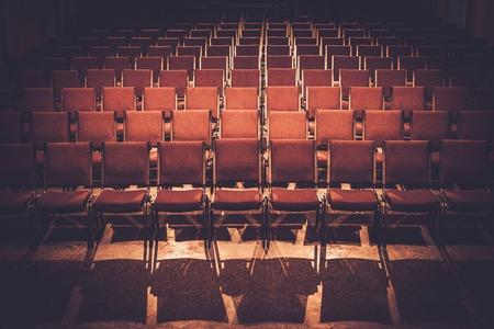 Lege comfortabele rode stoelen in een zaal Stockfoto