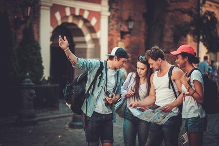 Multiraciale vrienden toeristen met de kaart in een oude stad Stockfoto