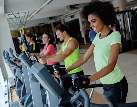 Les personnes exerçant sur un cardio machines de formation dans un gymnase