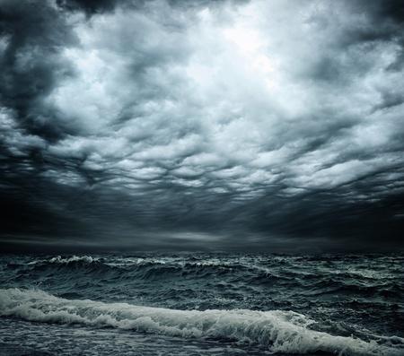 Stormachtige lucht boven een oceaan