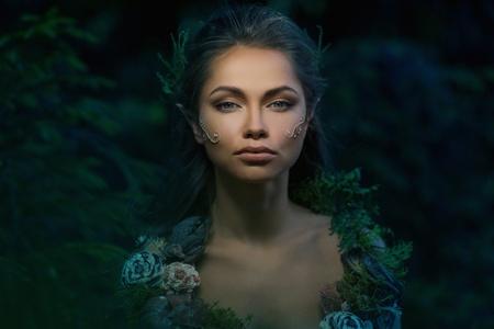 Mujer Elf en un bosque mágico Foto de archivo