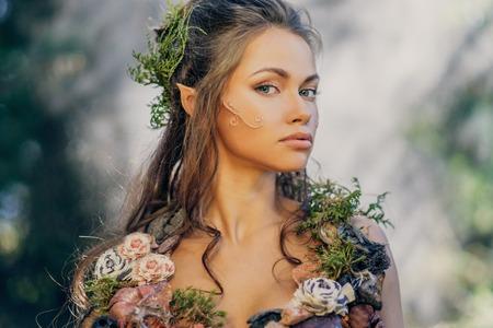 마법의 숲의 엘프 여성 스톡 콘텐츠