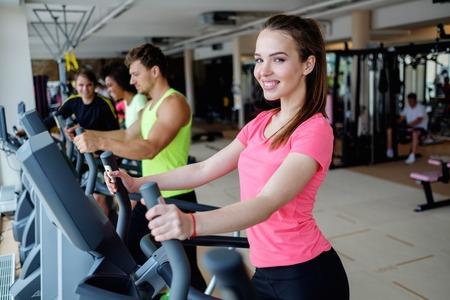 Les personnes exerçant sur un cardio machines de formation dans un gymnase Banque d'images - 44559676