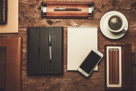 木製のテーブルに豪華なビジネスマンのツール 写真素材