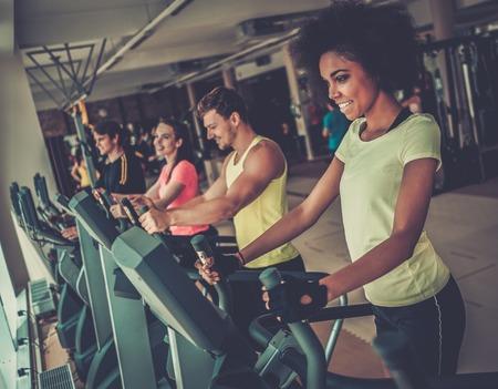 Mensen die op een cardio training machines in een sportschool
