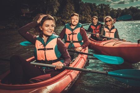 Groep gelukkige mensen op een kajaks Stockfoto