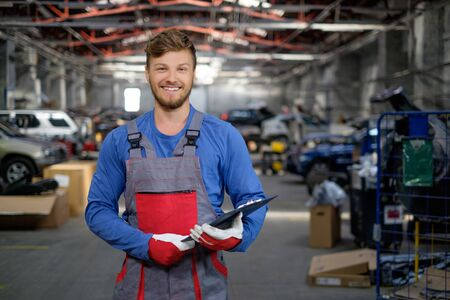 Cheerful serviceman in a car workshop Foto de archivo