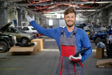 Cheerful serviceman in a car workshop Banque d'images