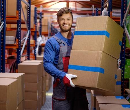 Porter llevando cajas en un almacén Foto de archivo - 46908751