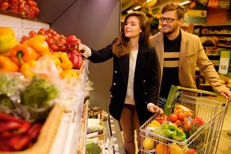 Paar kiezen van groenten in een supermarkt Stockfoto