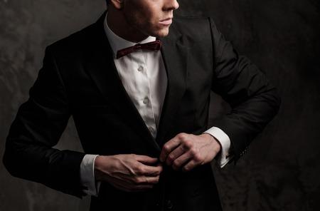 Habillé homme veste portant Sharp et noeud papillon