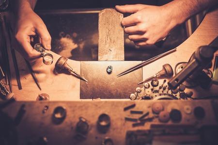 Desktop dla wyrobu biżuterii rzemiosła z profesjonalnych narzędzi. Zdjęcie Seryjne