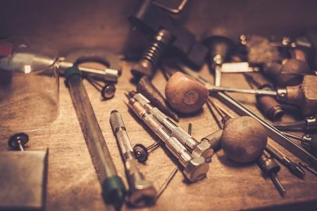 Różne złotników narzędzi na stanowisku pracy złotnika.