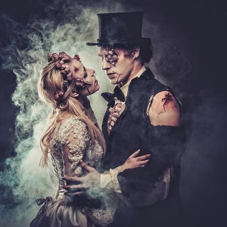 Vestido con el traje de boda romántica pareja zombi.