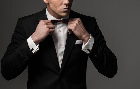 Afilado hombre con chaqueta de vestido y pajarita