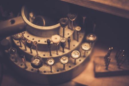Orfèvres Différents outils sur le lieu de travail. goldsmith Banque d'images - 50661935