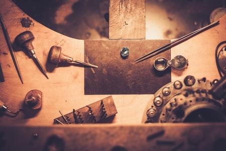Desktop dla wyrobu biżuterii rzemiosła z profesjonalnych narzędzi.
