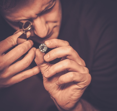宝石の評価中に宝飾店の肖像画。