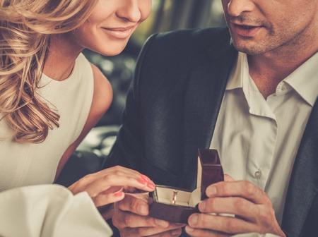 Hombre cuadro de la celebración con la toma de anillo de proponer a su novia