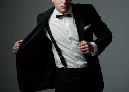 ジャケットと蝶ネクタイを身に着けているシャープドレスマン 写真素材