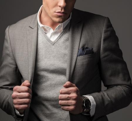 회색 양복에 자신감 날카로운 옷을 입고 남자