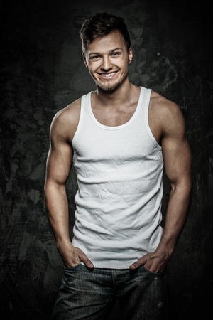 Stilvolle fröhliche Mann im Tank-Top Shirt Standard-Bild - 64326799
