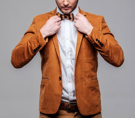 Agudo fashionist vistiendo chaqueta de vestido y pajarita