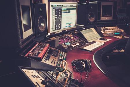 録音スタジオ コントロール デスク ブティックのクローズ アップ。 写真素材