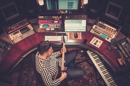 ギターのブティックのレコーディング スタジオで歌を録音、サウンド エンジニア。 写真素材