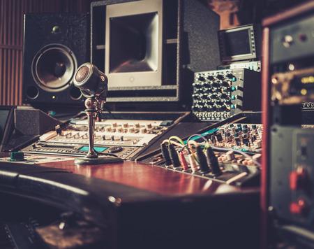 録音スタジオ コントロール デスク ブティックのクローズ アップ。 写真素材 - 51873579