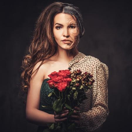 加齢と肌ケアの概念。半分半分若い老女赤いバラの花束。