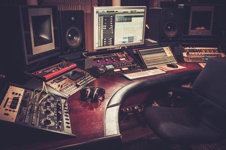 부티크 녹음 스튜디오 제어 데스크의 근접.
