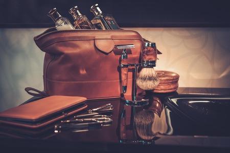 Akcesoria dżentelmena w luksusowym wnętrzu łazienki. Zdjęcie Seryjne