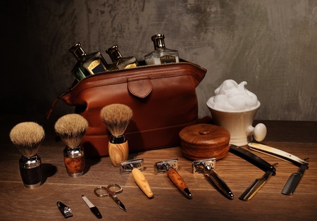 accesorios de caballero en un tablero de madera de lujo