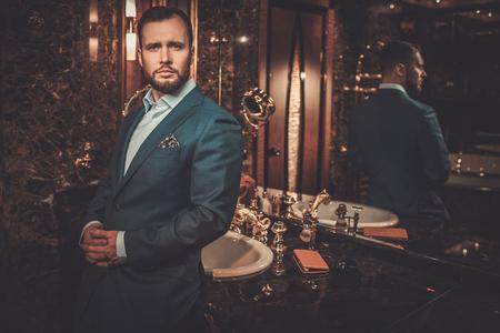 Przekonany, dobrze ubrany mężczyzna w luksusową łazienkę Inter.