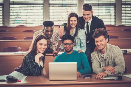 groupe multinational d'étudiants gais qui prennent une part active dans une leçon alors qu'il était assis dans une salle de conférence.