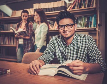 groupe multinational d'étudiants gais qui étudient dans la bibliothèque universitaire.