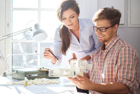 Fiducioso squadra di ingegneri che lavorano insieme in uno studio di architetto. Archivio Fotografico